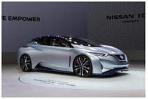 NISSAN iDS Conceptでは、運転者は、自分で運転するマニュアルモード、ステアリングを格納して自動運転に任せるパイロットモードを利用場面によって選択できる
