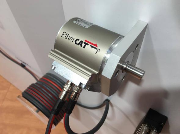 photo<strong>EtherCAT P対応のアクチュエータ。インとアウトのケーブルのみでデータ通信だけでなく電源供給も可能だ</strong>