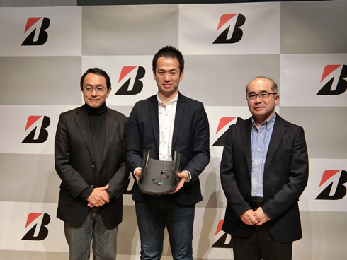 左からブリヂストンの森田浩一氏、同社でCAISの開発を担当した中央研究所 研究第5部 タイヤエレクトロニクス研究ユニットの花塚泰史氏、統計数理研究所の樋口知之氏