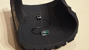 タイヤ内部のセンサーと発電機