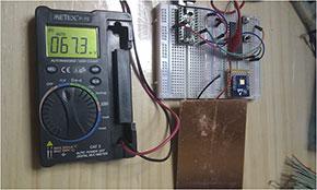 夜間、部屋の中で太陽電池を覆って測定
