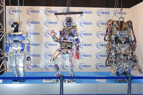NEDOブースに展示されている二足歩行ロボット