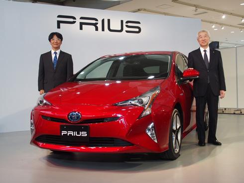 新型「プリウス」とトヨタ自動車の加藤光久氏(右)、豊島浩二氏(左)