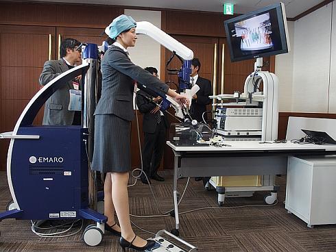 空気圧駆動型内視鏡ホルダーロボット「EMARO」を操作する様子