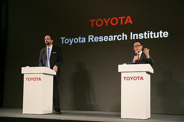 TRIの設立会見に出席したTRI CEOのギル・プラット氏(左)とトヨタ自動車社長の豊田章男氏(右)
