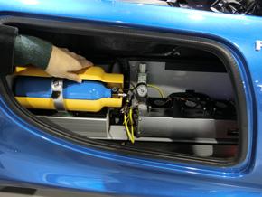 黄色のケースの中に水素タンクが収められている