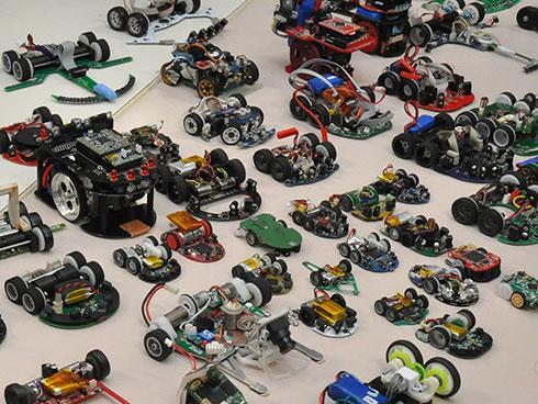 画像2 第36回全日本マイクロマウス大会に出場したロボットの一部。ロボトレース競技のロボットもある