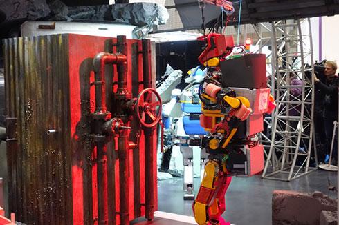 「2015 国際ロボット展」のNEDOブースで行われた災害救助デモ