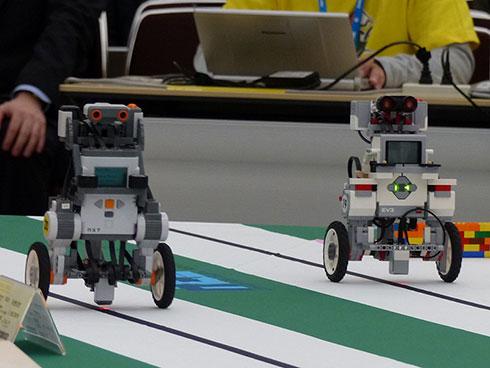 ETロボコンでは珍しい2種類の走行体が併走するシーン