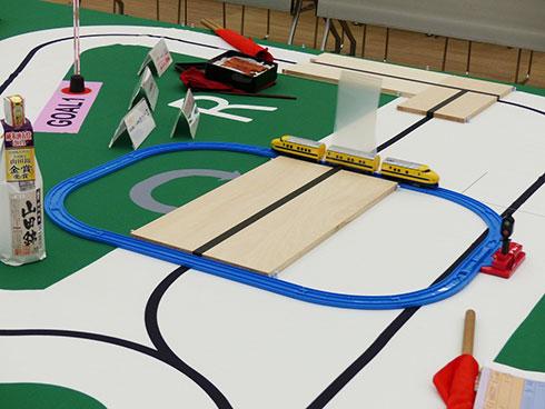 踏切は2回通過する必要がある。新幹線には検出しやすいような飾りも