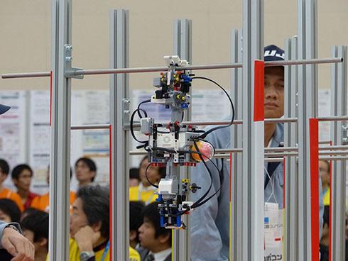 「FUJIWING」の空中搬送ロボット。上下に2本の腕がある