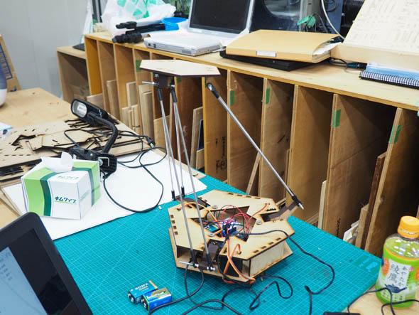 25グループ分の「OCPC Delta Kit」(MDFバージョン)を田中浩也研究室のメンバーが手分けして、レーザーカッターで量産