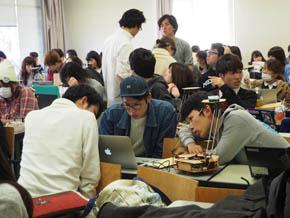 グループで動作確認を行う学生たち(1)