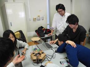 グループで動作確認を行う学生たち(2)