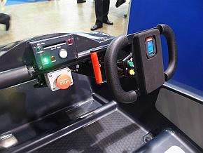 ステアリングにはパドルシフトが付いており、F1レースカーのような本格的なシフトチェンジが可能