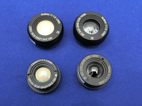 写真右がコストを半分以下に低減する遠赤外線カメラ用レンズ。左は反射防止コートを施しただけの従来のレンズ