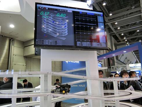 3次元デッドレコニングのデモンストレーション。村田製作所のセンサーが、スロープを登るラジコンカーの現在地の高さや走行距離を測定している