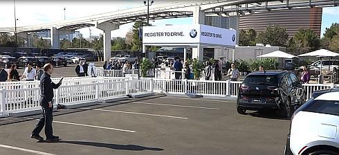 BWMのジェスチャーコントロールを使った駐車場での自動運転デモ