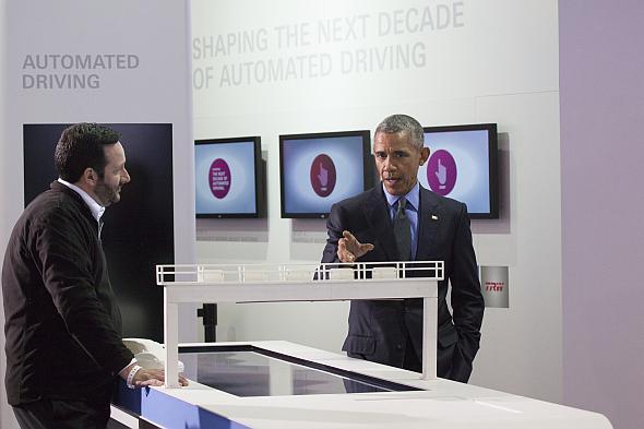 デトロイトショーを初めて視察した米国大統領のオバマ氏