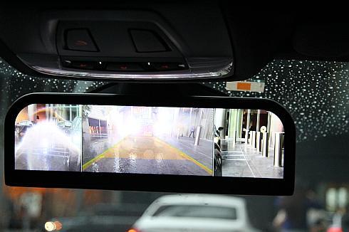 ルームミラーのディスプレイ上に表示される映像