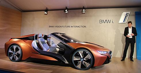 CESのプレスカンファレンスでは、BMWの研究開発部門を率いる取締役のクラウス・フレーリッヒ氏が「iビジョン・フューチャー・インタラクション」を発表。「自動運転の分野にも積極的に取り組んでおり、この分野におけるコンペティションを歓迎している」(フレーリッヒ氏)とコメント(クリックで拡大)