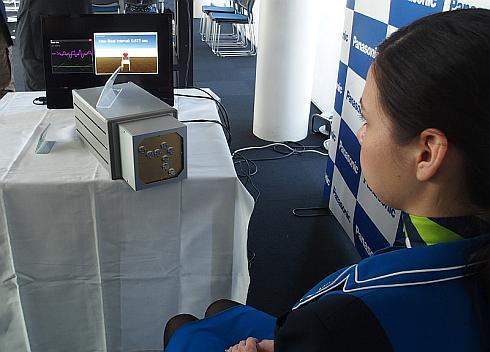 ミリ波UWBレーダーの試作装置を用いた心拍間隔測定のデモ