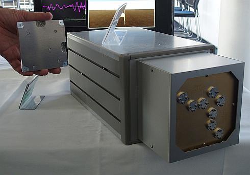 将来的に実現可能とする10cm角センサーモジュール(左)とミリ波UWBレーダーの試作装置(右)のサイズ比較