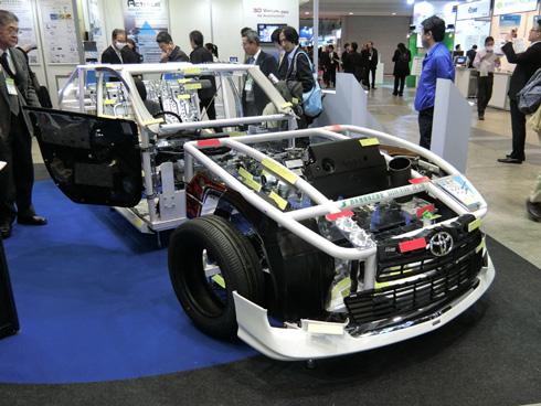 岩手県内の自動車関連企業の部品を集めた「ショーケースカー」。車両の大部分に同県の企業が供給している