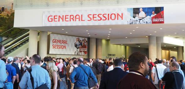 ジェネラルセッション開始直前(現地時間の午前8時)。会場前の入り口は多くのユーザーや関係者で埋め尽くされていた