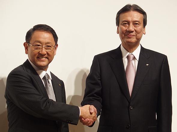 会見で一体感をアピールするトヨタ自動車の豊田章男氏(左)とダイハツ工業の三井正則氏(右)