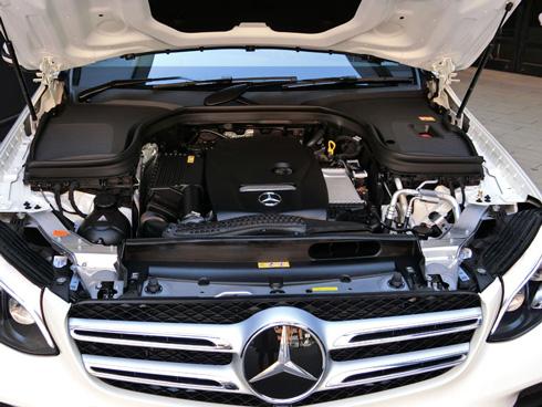 「GLC」は「Cクラス」と同じ排気量2.0lの直列4気筒エンジンを搭載し、JC08モード燃費はGLKの11.7km/lから13.4km/lに改善した