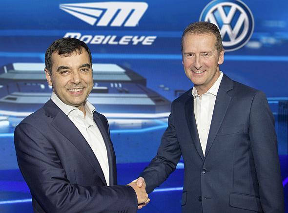 Mobileyeの創業者で共同経営者のアムロン・シャシャウ氏(左)とフォルクスワーゲン乗用車ブランドCEOのヘルベルト・ディース氏(右)