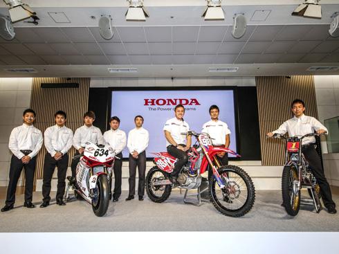2016年の全日本モトクロス選手権シリーズにチーム・エイチアールシーとしてIA-1クラスに挑む成田亮選手(写真中央)。成田選手が乗っている車両にエリーパワーのリチウムイオン電池が採用された