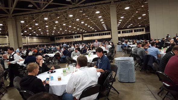 イベントホールほどの会場で食事