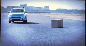 先行車両が落とした積み荷を車線変更して避ける