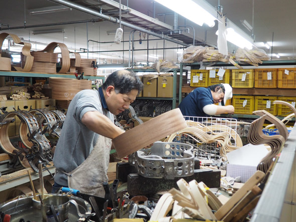 高峰楽器製作所の生産現場には約60人の職人が所属。ギターの製造工程のほとんどが手作業によるものだ