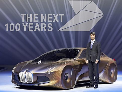 「BMW VISION NEXT 100」とBMW会長のハラルド・クルーガー氏