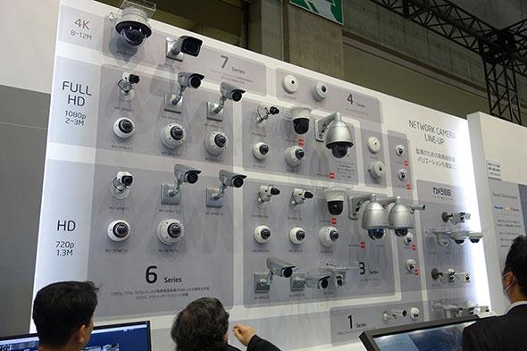 「SECURITY SHOW」のパナソニックブースで壁面を覆う監視カメラ