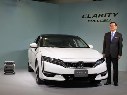 2016年3月10日から販売を開始した燃料電池車「CLARITY FUEL CELL(クラリティ フューエルセル)」とホンダ 社長の八郷隆弘氏。写真左は可搬型外部給電器「Power Exporter 9000」