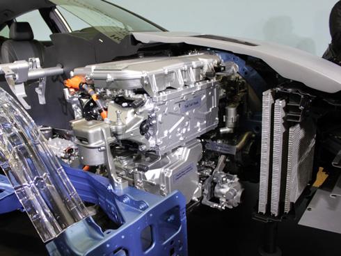 燃料電池パワートレインをV型6気筒エンジンと同等のサイズに。駆動用モーターとパワーコントロールユニットの上に燃料電池スタック、昇圧コンバータが載っている