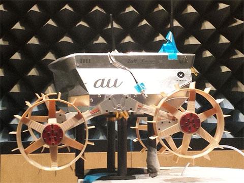 KDDI研究所の電波無響室で試験を行うHAKUTOのローバー