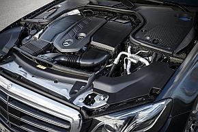 排気量2lディーゼルエンジン「OM654」を搭載した「220d」のエンジンルーム