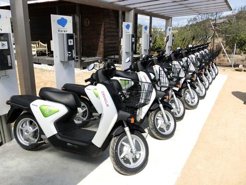 「瀬戸内カレン」は高速船乗り場近くで島内観光用の電動バイクを貸し出す