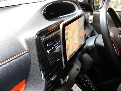 幅広い車種で9V型のディスプレイサイズを装着可能にしたカーナビゲーションシステム(カーナビ)の新製品「ストラーダ CN-F1D」