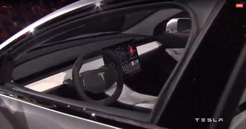 「モデルS」に引き続き、車載情報機器には大画面ディスプレイを採用した