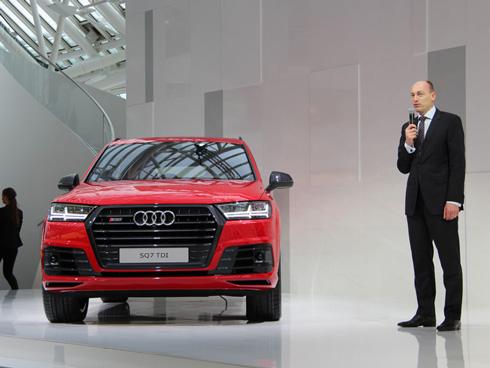 年次会見で初披露した「SQ7 TDI」はアウディ初の48Vシステム搭載モデルとなる。写真右は新たにアウディ 技術開発部門 担当取締役に就任したシュテファン・クニウシュ氏