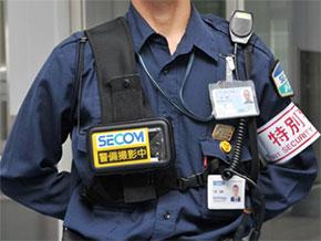 ウェアラブルカメラを装着した警備員