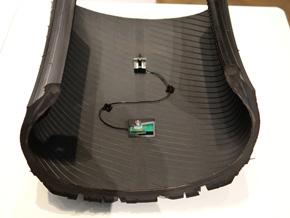 タイヤの内側にセンサーと発電機が貼り付けられている