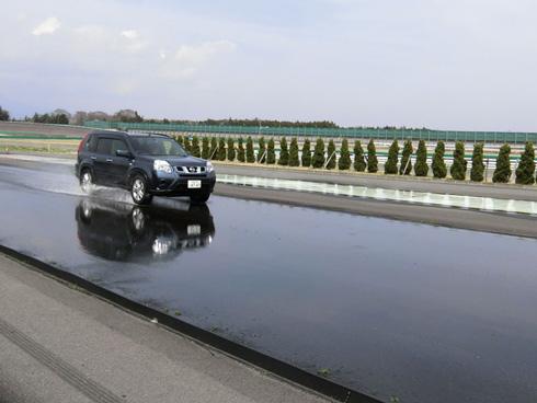 タイヤがセンサーとなって路面状態を判定する