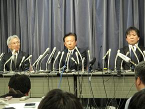写真左から三菱自動車の中尾龍吾氏、相川哲郎氏、執行役員 開発本部長の横幕康次氏